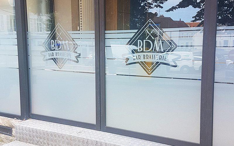 Décoration logo adhésif dépoli sur vitres